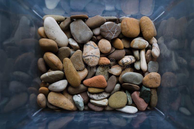 Stenen van vele types en grootte Close-upmening van kiezelstenen in de doos Hoogste mening, marien concept royalty-vrije stock afbeeldingen