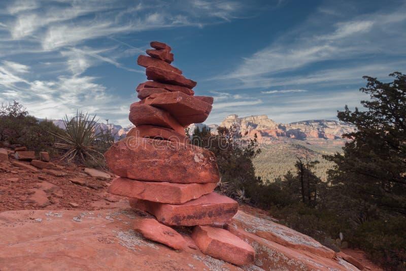 Stenenrotsen die in harmonie met rustig landschap in evenwicht brengen royalty-vrije stock foto's