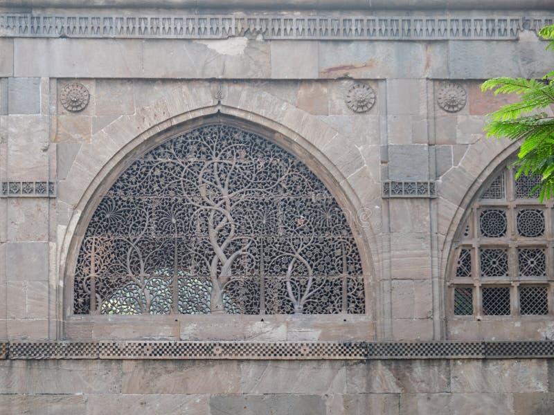 Stenfönsterspaljé i Ahmedabad fotografering för bildbyråer