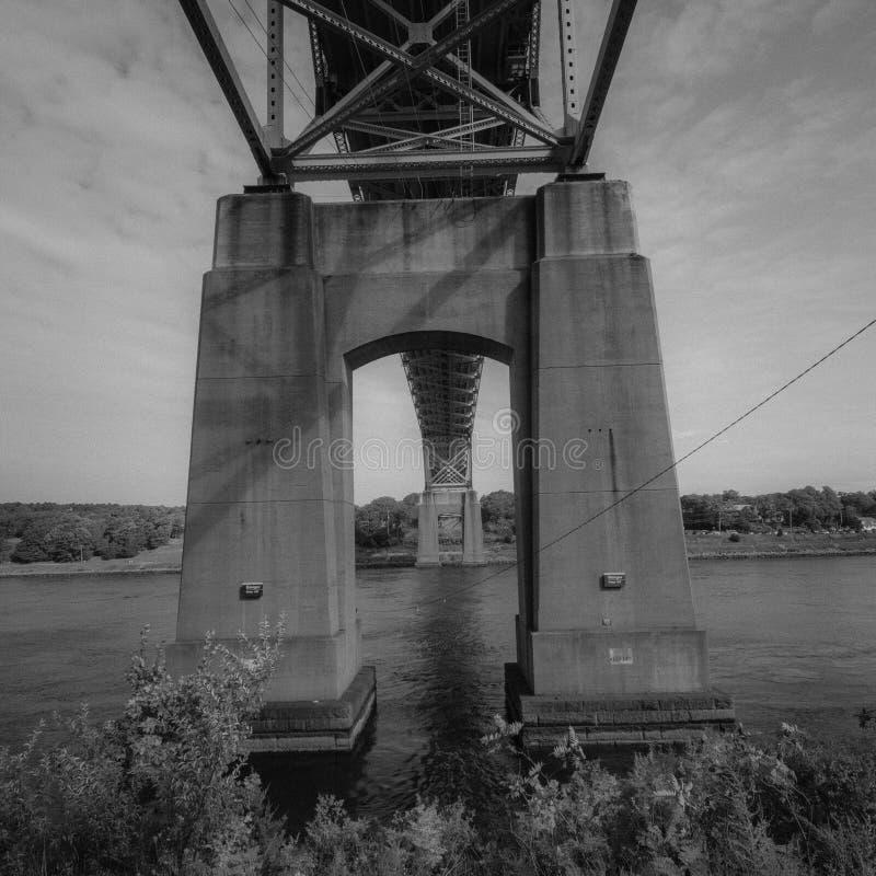 Stenfotingar av bro till Cape Cod och under motorvägen arkivbilder