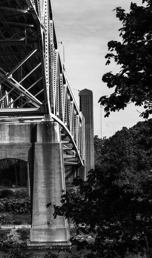 Stenfotingar och järnramverk för bron till Cape Cod arkivfoton