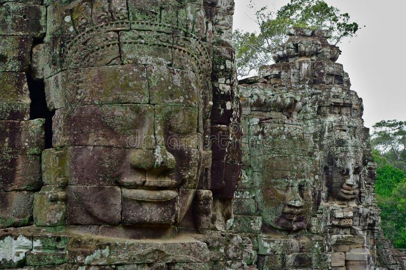 Stenframsidor av den Bayon templet, Siemreap, Cambodja royaltyfri bild