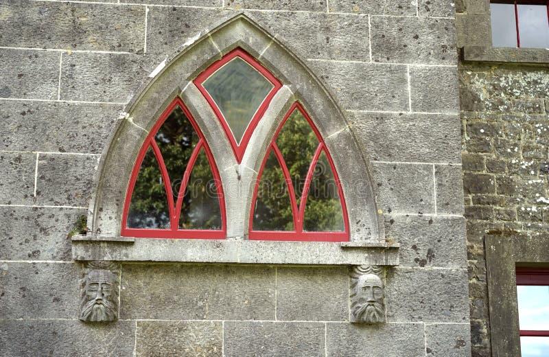 Stenframsidor stöttar detta välvda fönster royaltyfria foton