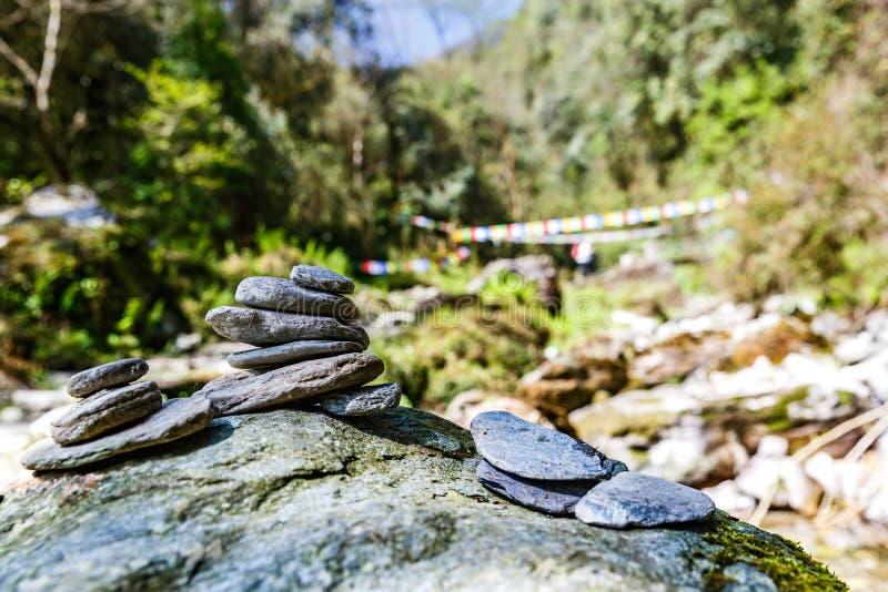 Stenhög på turist- spår fotografering för bildbyråer