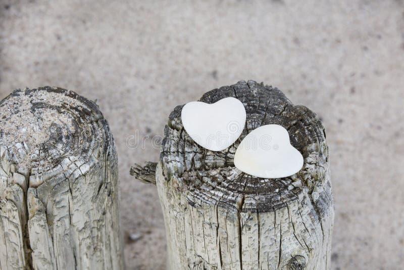 Stenhjärtor på stranden royaltyfri fotografi