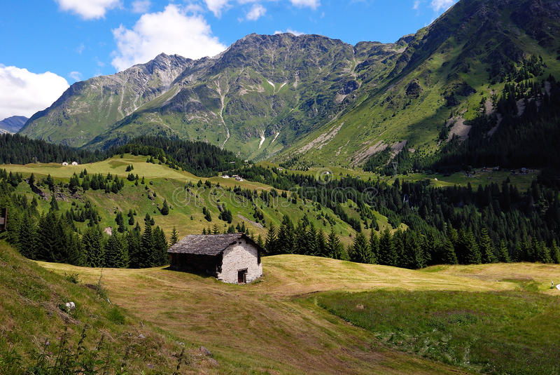 Stenhus i Dolomitesdalen royaltyfri fotografi