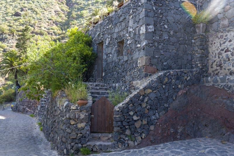 Stenhus vid vägen på ön av Tenerife arkivbild