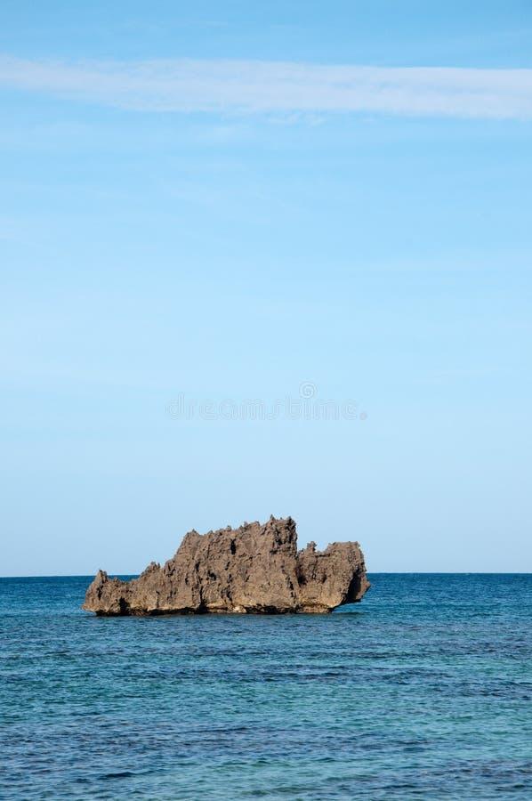 Stenig ö i havet arkivbilder