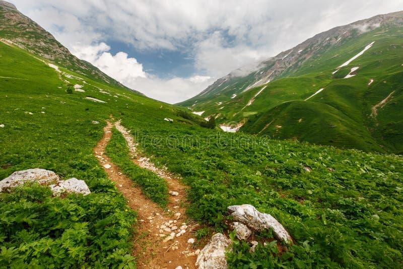 Stenig bana till bergen till och med passerandet Fisht-Oshten royaltyfri bild
