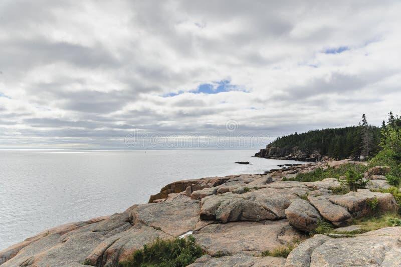 Stenig bluff på vägen till utterklippan i Acadianationalpark arkivfoton