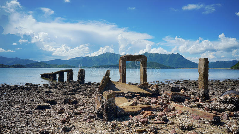 Stenig dörr vid havet royaltyfri foto