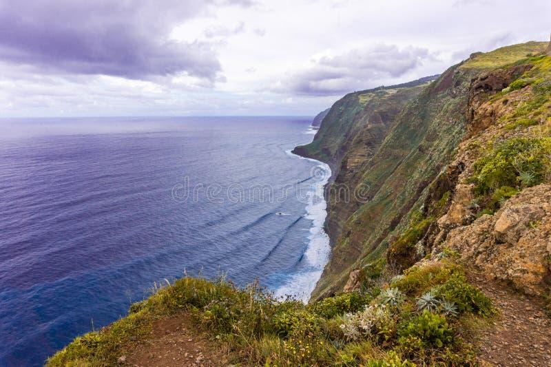 Stenig kust av Atlantic Ocean p? madeirask?rg?rden i Portugal p? den molniga dagen arkivbilder
