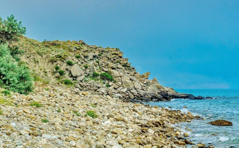 Stenig kust av den Avacha fj arkivfoto