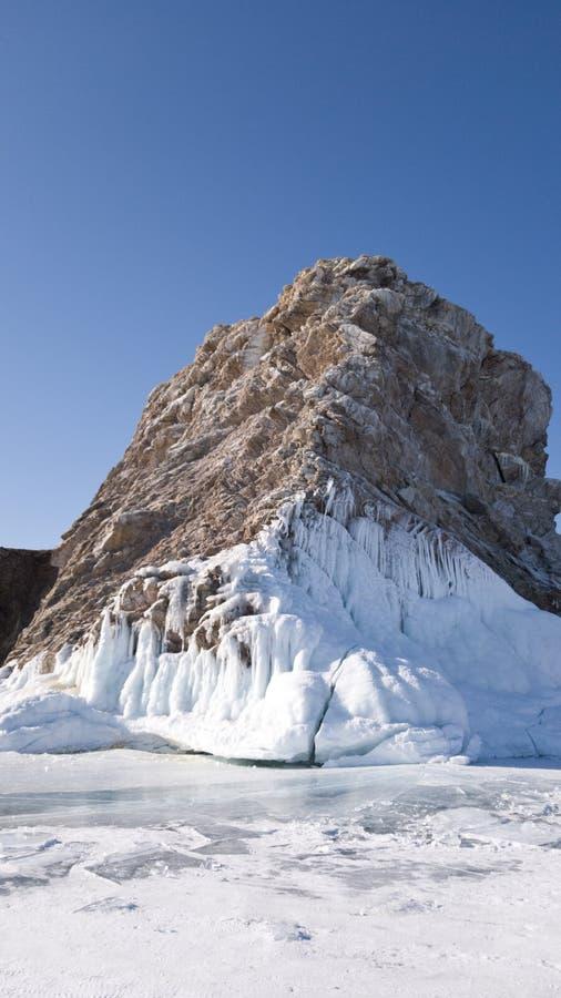 Stenig kust av den Olkhon ön på en solig vårdag Lodlinjen beskådar royaltyfria foton
