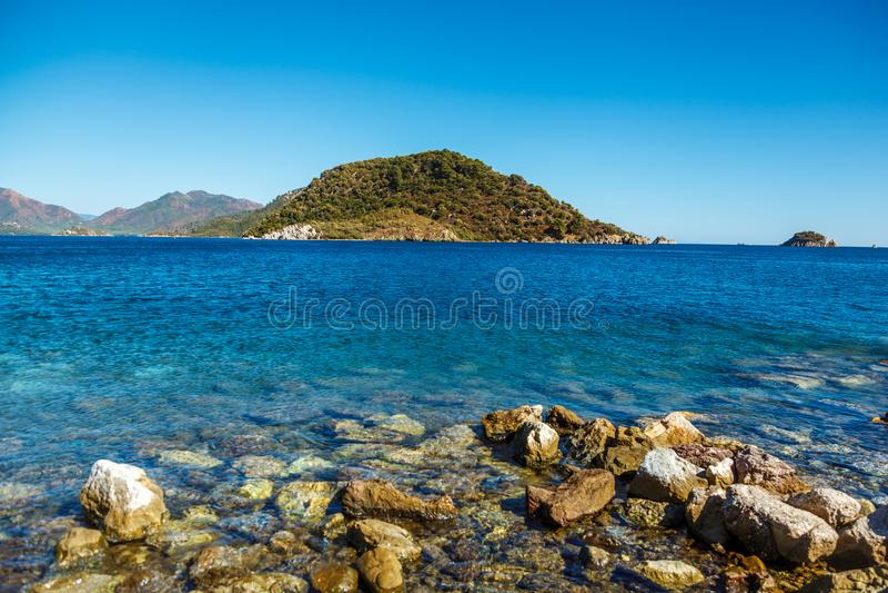 Stenig kust av det Aegean havet i Icmeler, Turkiet stora stenar royaltyfri fotografi