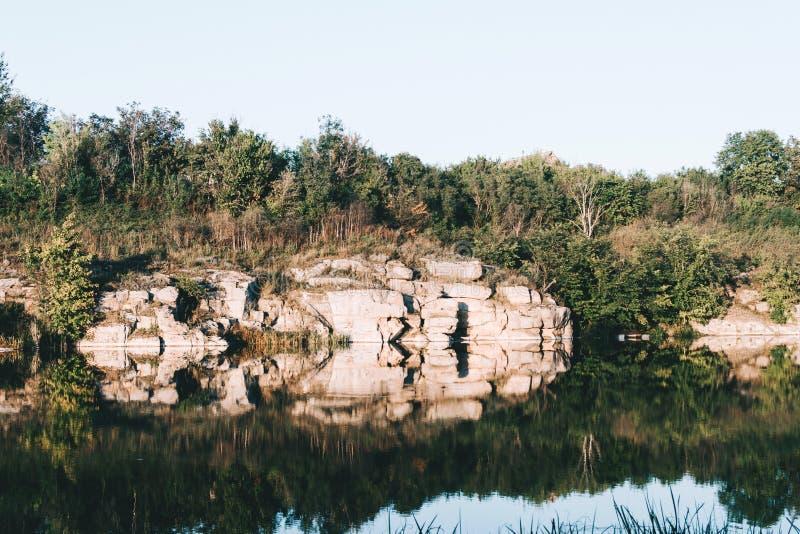 Stenig kust av en tyst flod royaltyfri fotografi