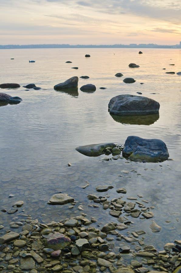 Stenig kust av havet tidigt på morgonen royaltyfria foton