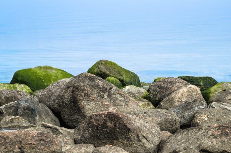 Stenig kust av havet tidigt på morgonen royaltyfri fotografi