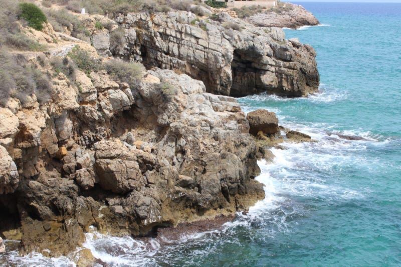 Stenig kust av Tarragona arkivfoton