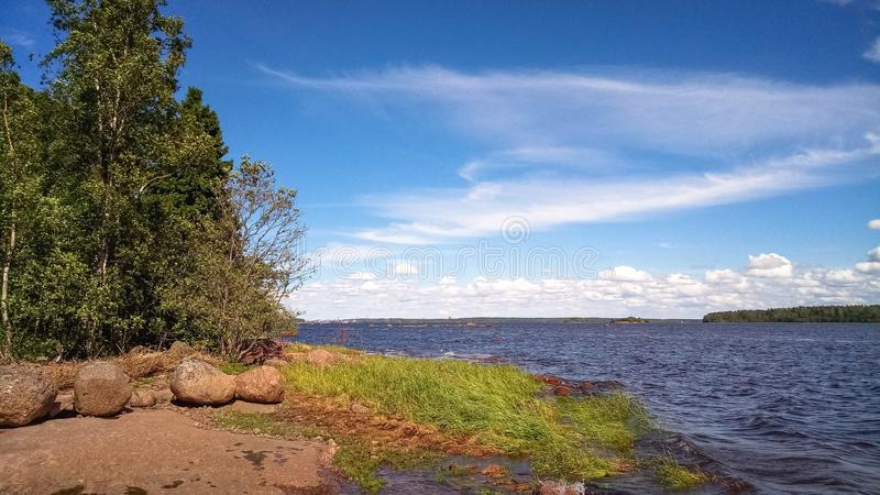 stenig kust Det naturliga landskapet av den nordliga naturen royaltyfria foton