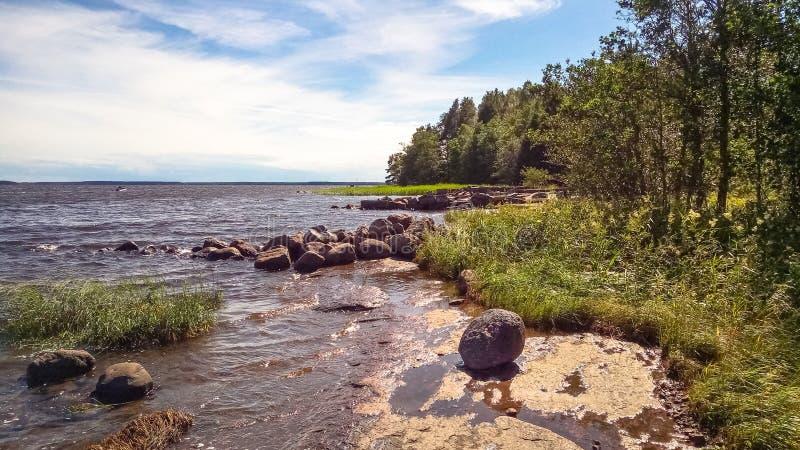 stenig kust Det naturliga landskapet av den nordliga naturen arkivbilder