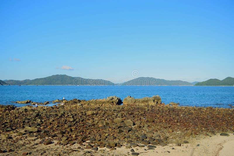 Stenig kust i Sai Kung arkivfoton