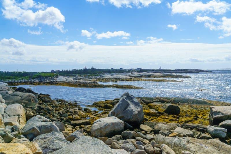 Stenig kust med den Peggys lilla viken i bakgrunden royaltyfria foton