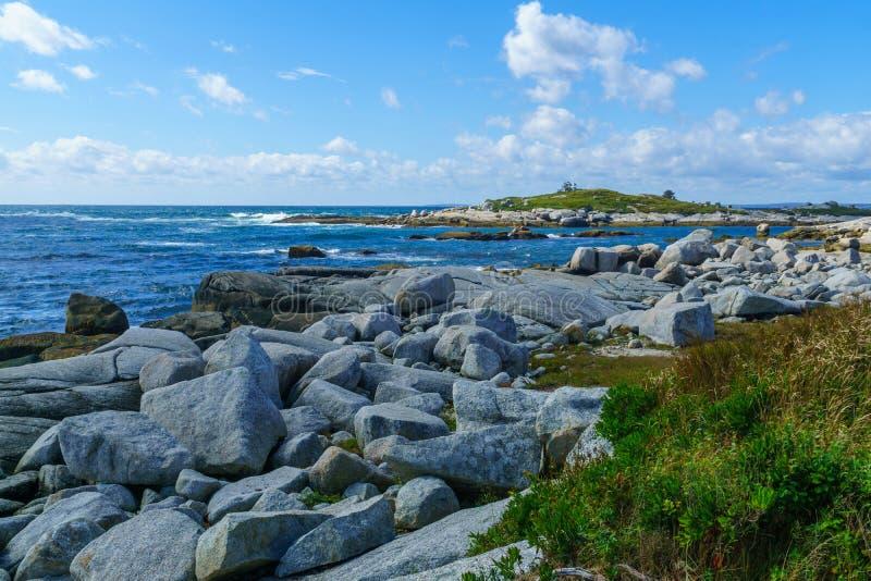 Stenig kust, nära den Peggys lilla viken arkivfoton