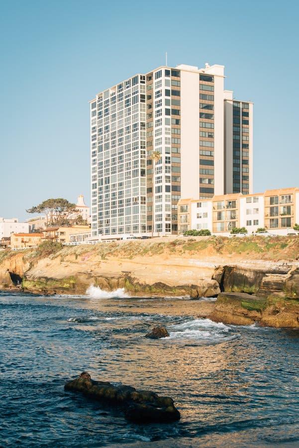 Stenig kust och byggnader i La Jolla, San Diego, Kalifornien arkivbild