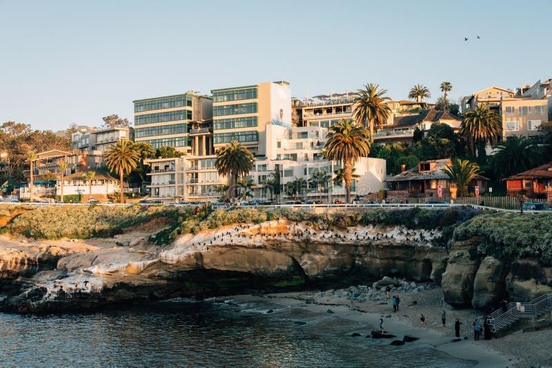 Stenig kust och byggnader i La Jolla, San Diego, Kalifornien arkivfoto