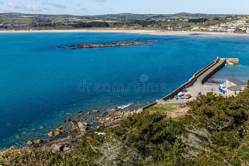 Stenig kust och pir med en fartygpir royaltyfria foton