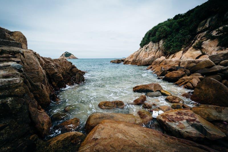 Stenig kust på den Shek nolla-stranden, på Hong Kong Island, Hong Kong royaltyfri foto