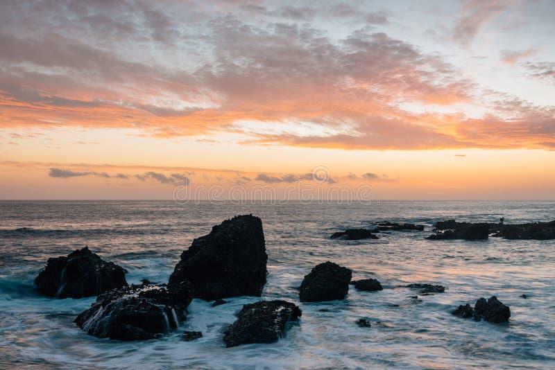 Stenig kust p? solnedg?ngen, p? tr?s liten vik, i Laguna Beach, orange l?n, Kalifornien royaltyfri fotografi