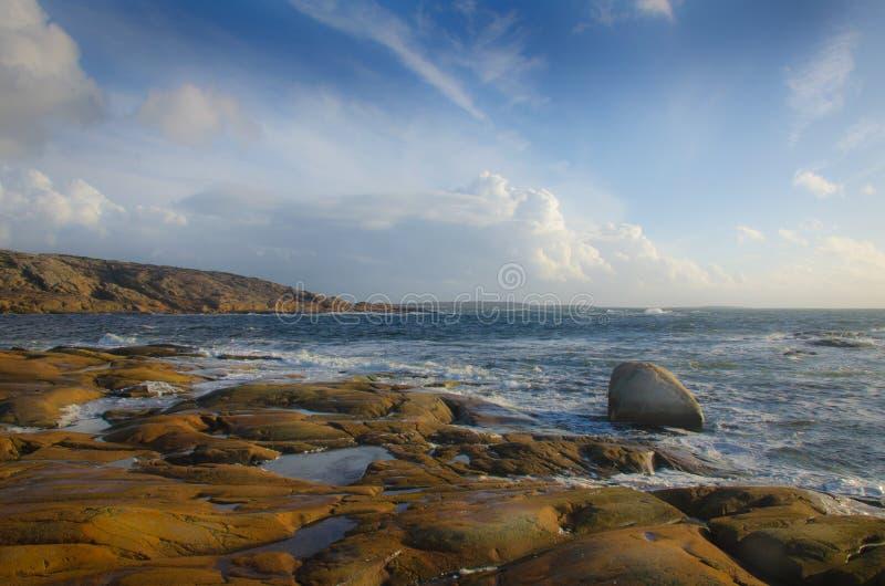 Stenig kust vid havet royaltyfri foto