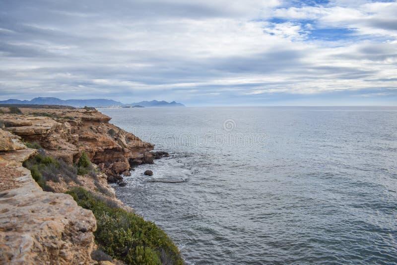 Stenig kustlinje av sydliga Spanien arkivfoton