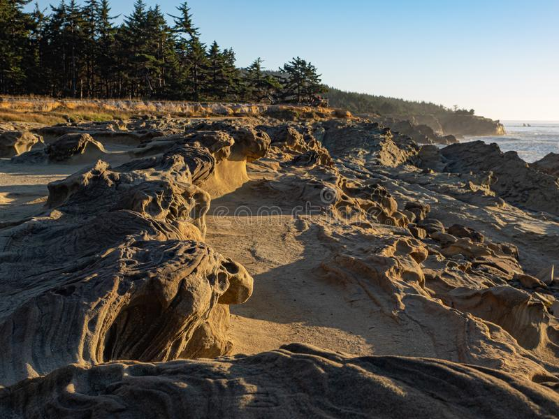 Stenig kustlinje i sydliga Oregon arkivfoto