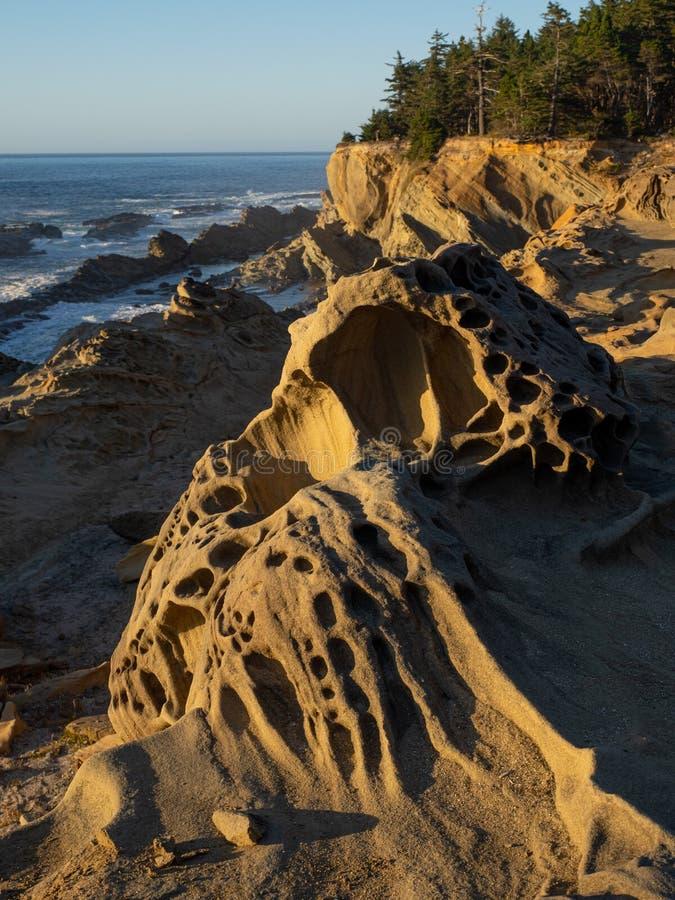 Stenig kustlinje i sydliga Oregon royaltyfria foton