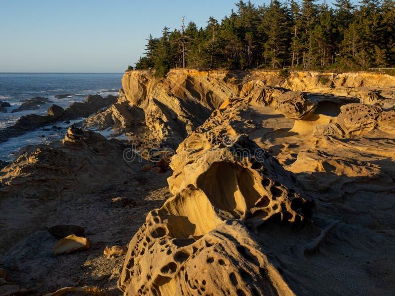 Stenig kustlinje i sydliga Oregon arkivbilder