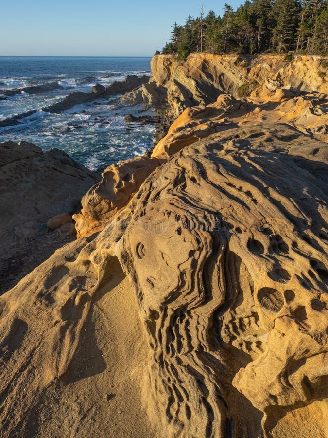 Stenig kustlinje i sydliga Oregon arkivbild