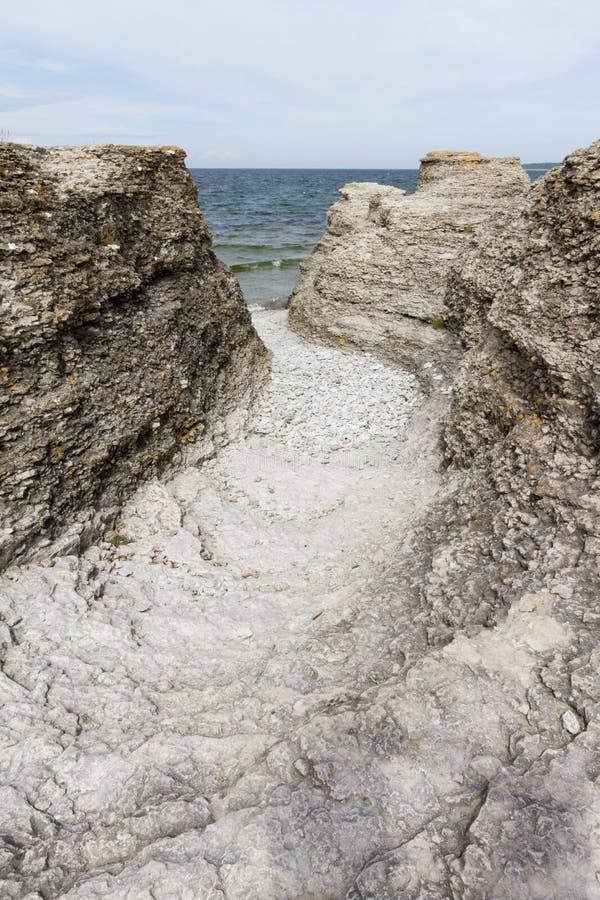 Stenig kustlinje med passagen arkivfoton
