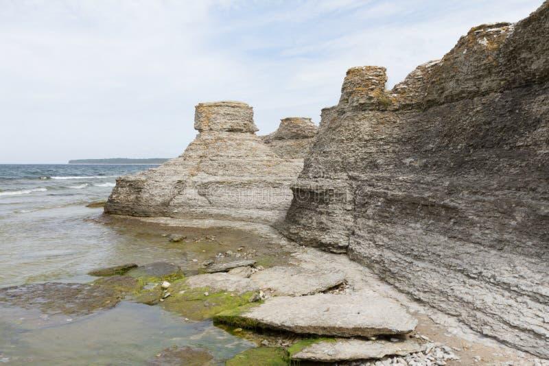 Stenig kustlinje med vågor royaltyfria bilder