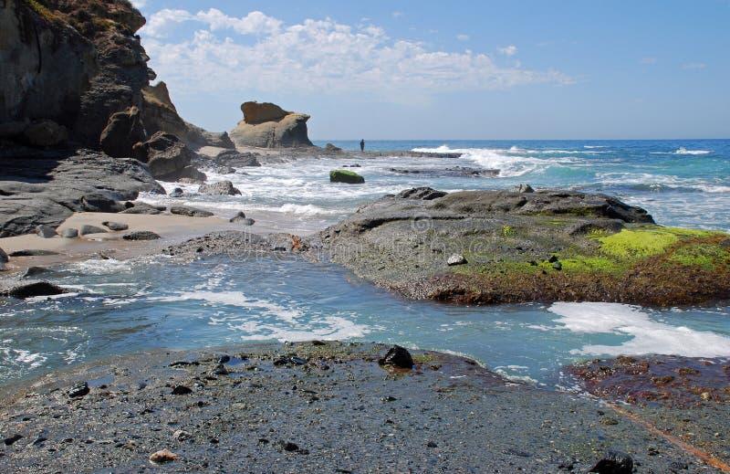 Stenig kustlinje nära den Aliso stranden i den Laguna stranden, Kalifornien. arkivbild