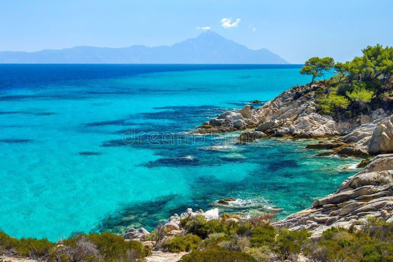 Stenig kustlinje och ett härligt klart vatten royaltyfri bild