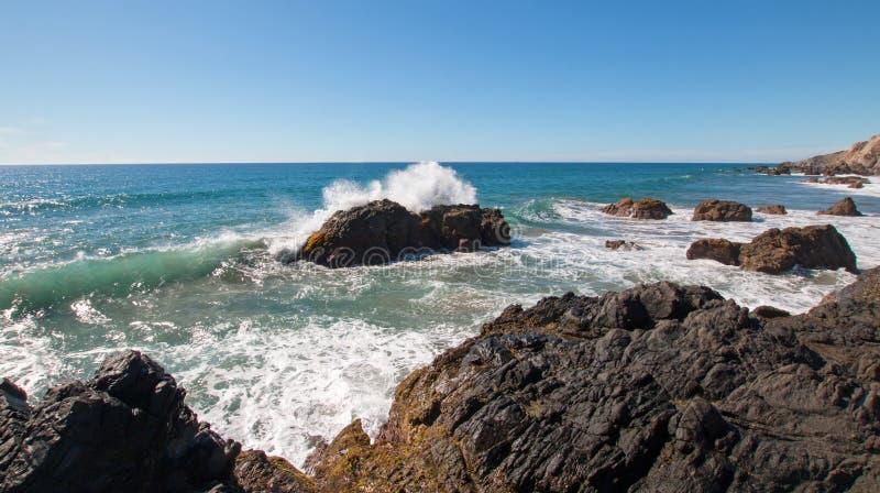 Stenig kustlinje på den Cerritos stranden nära Todos Santos i Baja California Mexico fotografering för bildbyråer