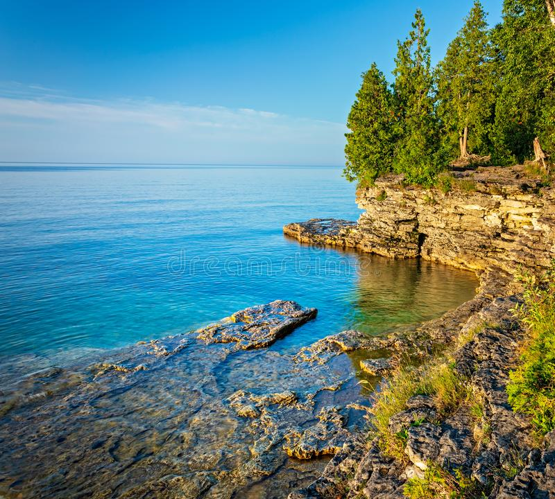 Stenig kustlinje på grottapunkt på Lake Michigan royaltyfria foton