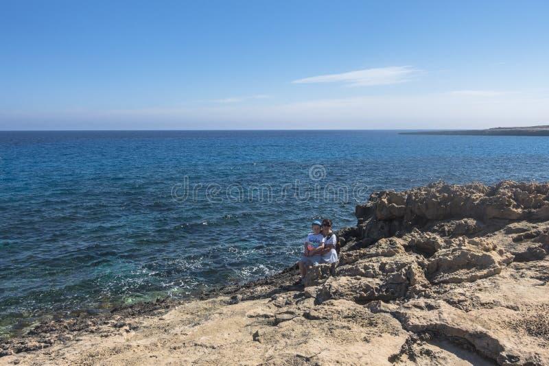 Stenig kustlinje, udde Greco på Cypern royaltyfria bilder