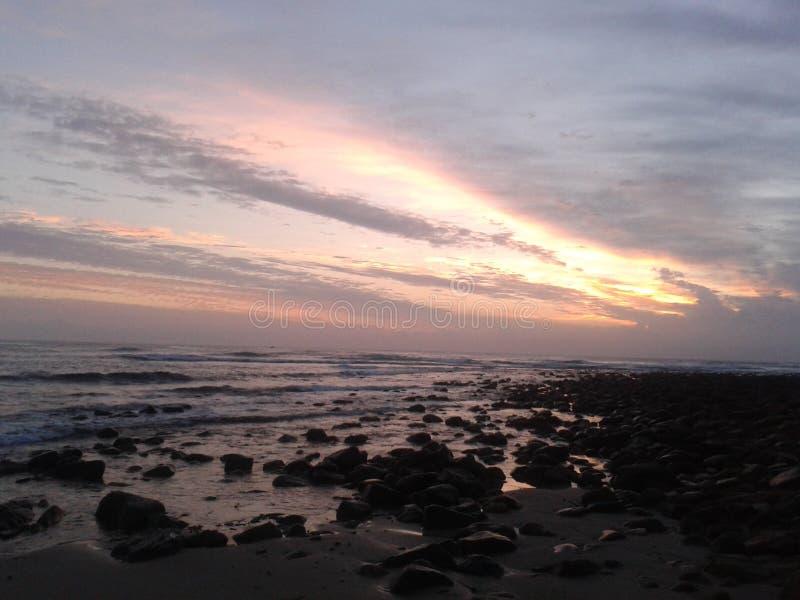 Stenig kustsoluppgång royaltyfria foton