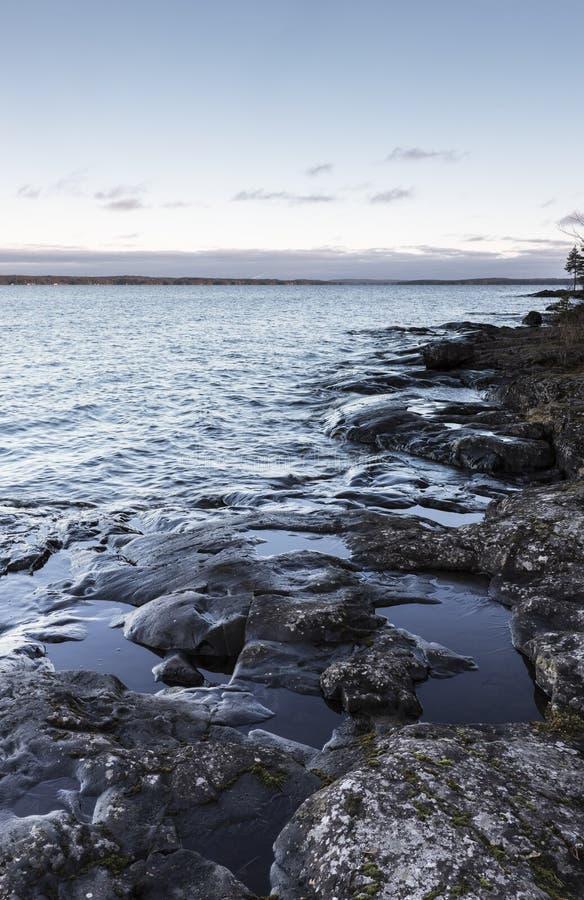 Stenig lakefront royaltyfri fotografi