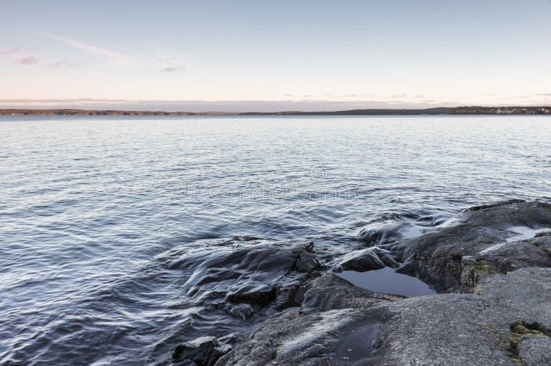 Stenig lakefront royaltyfria bilder