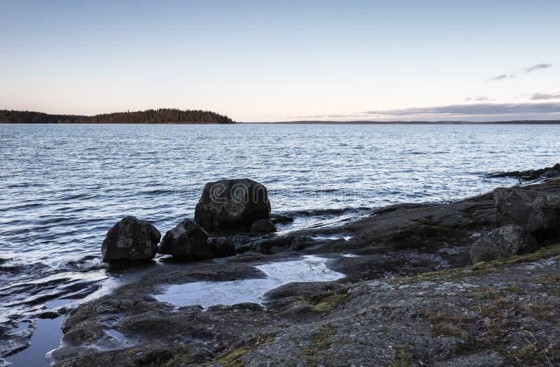 Stenig lakefront arkivbilder